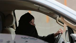 عزيزة اليوسف والدة صلاح الحيدر تقود سيارة على طريق سريعة خلال حملة من أجل حقوق المرأة في الرياض، المملكة العربية السعودية، 29 مارس 2014