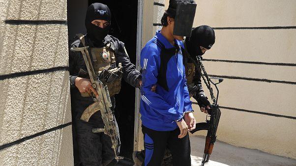 وحدة مكافحة الإرهاب، تعتقل رجلًا يشتبه في انتمائه إلى الدولة الإسلامية.