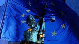 نماد عدالت و پرچم اتحادیه اروپا