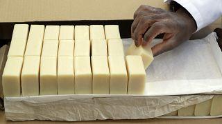 تعبئة قطع الصابون في مقر شركة كلاريتي في لندن.