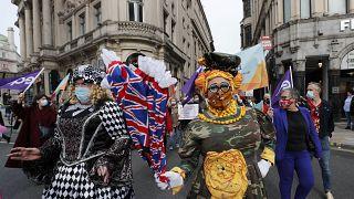 ممثلون ومهرجون من أمام البرلمان البريطاني، لندن.