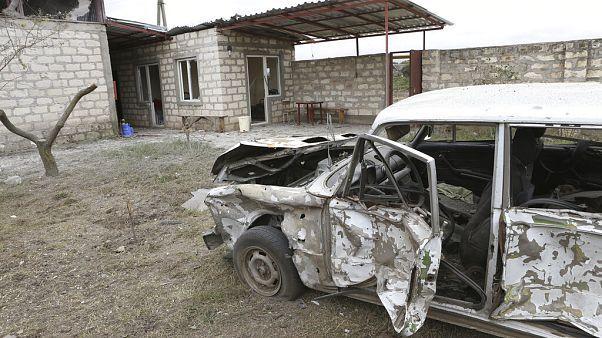 Une voiture qui aurait été détruite par une attaque d'artillerie, à Khojaly, dans la République autoproclamée du Haut-Karabakh, le 1er octobre 2020.