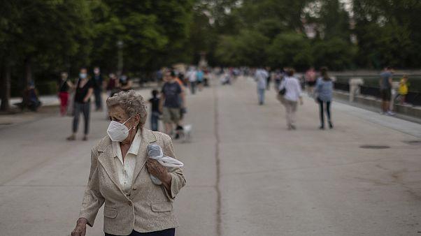 Un'anziana con la mascherina durante una passeggiata nel Parco del Retiro a Madrid, Spagna, lunedì 1 giugno 2020