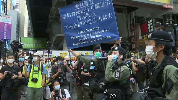شاهد: الشرطة في هونغ كونغ تأمر المحتجين بمغادرة المنطقة التجارية
