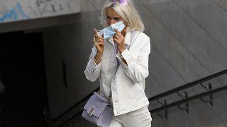 Женщина в маске в центре Москвы.