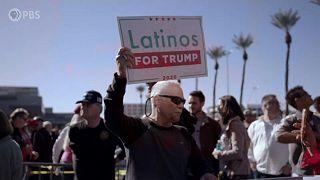 """Un hombre porta un cartel con la leyenda """"Latinos por Trump"""""""