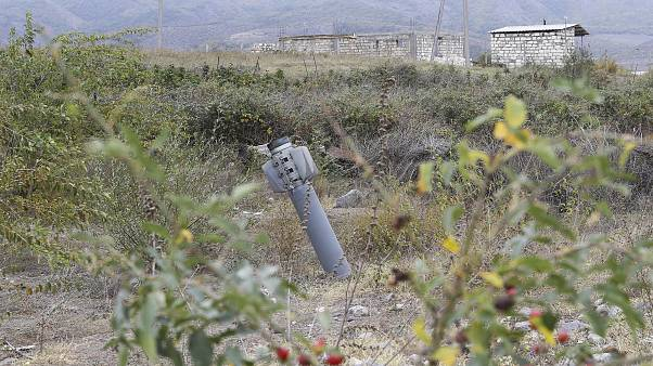 Неразорвавшийся снаряд рядом с населённым пунктом в Нагорном Карабахе