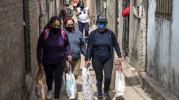 Frauen liefern Essensrationen in Buenos Aires
