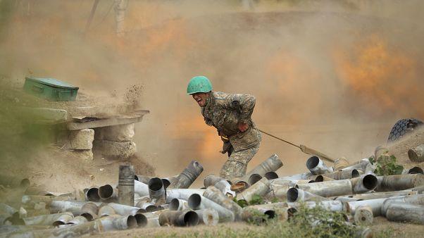 Az örmény védelmi minisztérium képe egy ágyút elsütő örmény katonáról