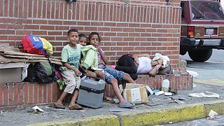 Una familia viviendo en las calles de Caracas