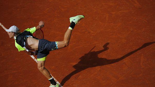 L'espoir canadien Denis Shapovalov effectue un service face à Roberto Carballes, à Roland Garros, Paris, le 1er octobre 2020