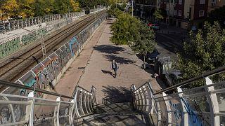 Un hombre con mascarillas camina en solitario por el barrio de Vallecas, en el sur de Madrid