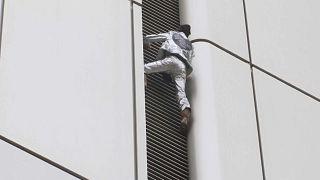 166 méter magasra mászott a Pókember