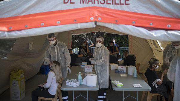 أناس يجرون اختبار كوفيد-19 في مركز متنقل في مدينة مرسيليا جنوب فرنسا. 2020/09/24