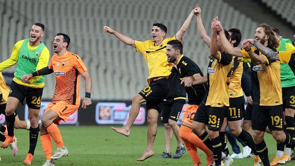 Οι παίκτες της ΑΕΚ πανηγυρίζουντη νίκη που πέτυχαν κόντρα στη Βόλφσμπουργκ