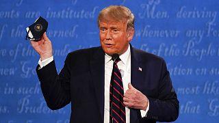 Donald Trump exhibant un masque lors de son premier duel contre Joe Biden, à Cleveland le 29 septembre 2020