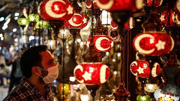 Un cliente al Gran Bazaar di Istanbul