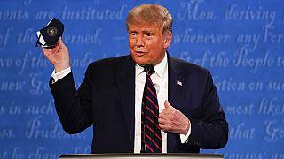 Trump muestra su mascarilla durante el debate presidencial