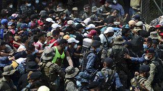 Los migrantes hondureños fuerzan el cordón de policías y militares en la frontera