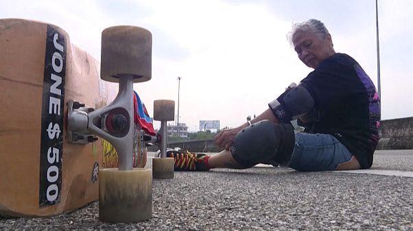 63-летняя жительница Бангкока борется с последствиями рака с помощью скейтборда.