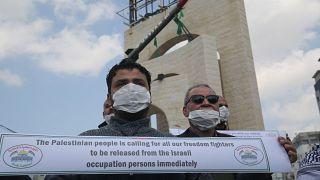من وقفة احتجاجية خارج أحد السجون الإسرائيلية للإفراج عن الأسرى