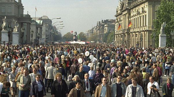 الالمان يتجولون في شارع أنتر درلندن في الجزء الشرقي من برلين احتفالا بوحدة البلاد. 1990/10/03