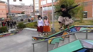 Jóvenes aymaras patinando con sus monopatines en La Paz