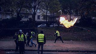 پرتاب کوکتل مولوتف توسط یک جلیقه زرد در فرانسه