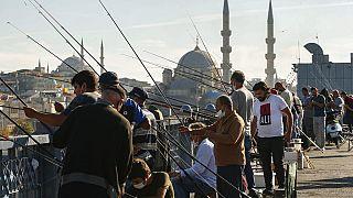 Los pescadores de Estambul, con mascarilla