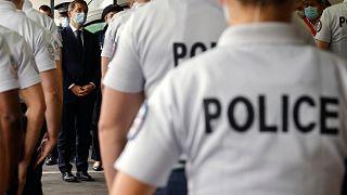 وزير الداخلية الفرنسي جيرالد دارمانان يلتقي برجال الشرطة في سان أوين في 25 سبتمبر 2020.