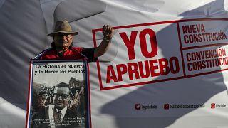 Un hombre con un poster de Salvador Allende se manifiesta a favor de la redacción de una nueva Constitución. Santiago, 26 de febrero de 2020