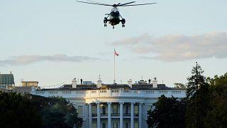Το προεδρικό ελικόπτερο Marine One με το οποίο έγινε η διακομιδή του Ντόναλντ Τραμπ, πάνω από τον Λευκό Οίκο