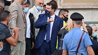 رئيس حزب ليغا اليميني المتطرف، وزير الداخلية الإيطالي السابق ماتيو سالفيني يغادر المحكمة بعد حضور جلسة استماع أولية في كاتانيا، صقلية.