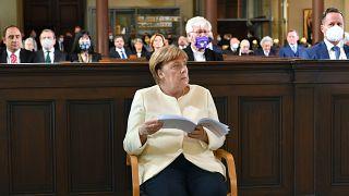 المستشارة الألمانية أنغيلا ميركل تحضر قداسًا في يوم الوحدة الألمانية في كنيسة القديس بطرس وبولس في بوتسدام، جنوب غرب العاصمة برلين.