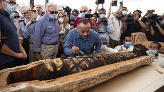 Mostafa Waziri, le secrétaire général du Conseil suprême des antiquités réagit après l'ouverture du sarcophage, à 30 km du Caire, Egypte, le 3 octobre 2020
