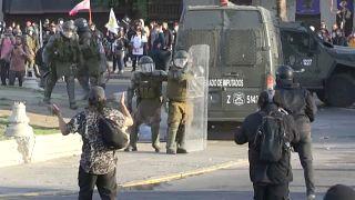 Carabineros se protegen con sus escudos durante la protesta en Santiago