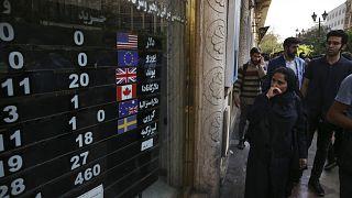 أمام أحد محلات الصيرفة في طهران (أرشيف)