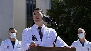 Donald Trump sta meglio e scherza con i medici. Respira da solo ma per ora resta ricoverato
