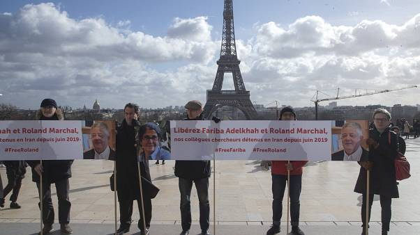 وقفة في باريس مطالبة بإطلاق سراح الباحثة فاريبا عادلخاه