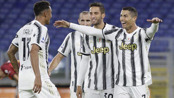 كريستيانو رونالدو لاعب يوفنتوس يحتفل مع زملائه بعد تسجيله الهدف الثاني لفريقه خلال مباراة الدوري الإيطالي بين روما ويوفنتوس