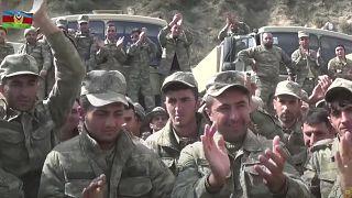 الجنود الأذريون في اجتماع مع الضباط أثناء القتال مع قوات جمهورية ناغورني قره باغ المزعومة في أذربيجان