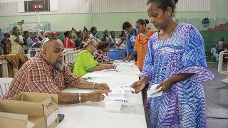 Los 304 colegios electorales de Nueva Caledonia han abierto sus puertas a las 08.00 hora local del domingo para la votación del segundo referéndum sobre la independencia.