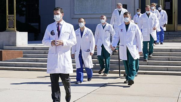 Dr. Sean Conley, der Arzt von Präsident Donald Trump, mit einem Ärzteteam vor dem Walter Reed National Military Medical Center in Bethesda