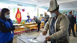 Κάτοικος του χωριού Besh-Kungei ψηφίζει φορώντας μάσκα