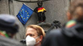 """سياح أمام الـ""""مانيكن بيس"""" في بروكسل"""
