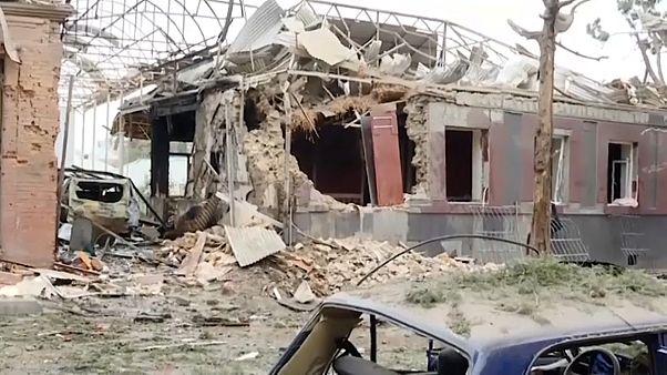 تضررت مبان بفعل القصف الذي طالها في غنجة الأذرية