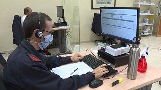 Un rastreador de la Armada conversa con un contacto de un positivo por COVID-19
