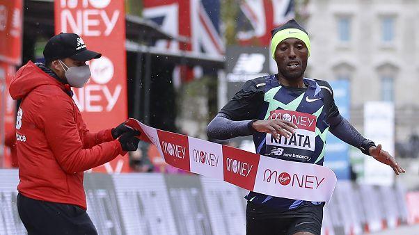 شورا کیتاتا، دونده اهل اتیوپی هنگام عبور از خط پایان
