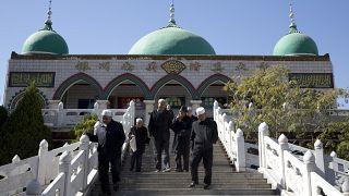 أقلية الهوي أمام مسجد في ينتشوان بمنطقة نينغشيا ذاتية الحكم في شمال غرب الصين.