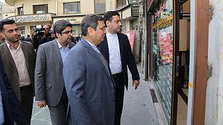 بازدید عبدالناصر همتی، رئیس کل بانک مرکزی از صرافیهای میدان فردوسی تهران، آبان ماه ۱۳۹۸